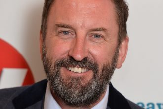 lee mack stops smoking and drinking with Allen Carrs easyway
